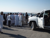 Omanis surround the police to protest the situation
